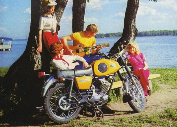 Молодежь с гитарой и мотоцикл ИЖ