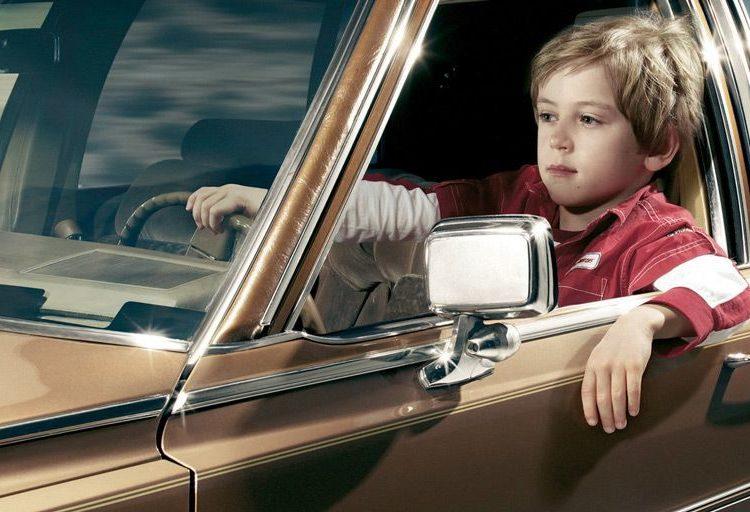 Мальчик за рулем машины