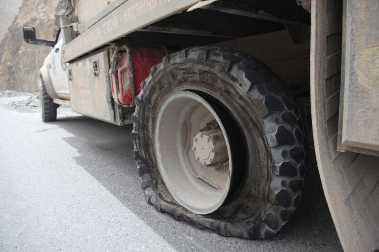 Порванное колесо большегруза