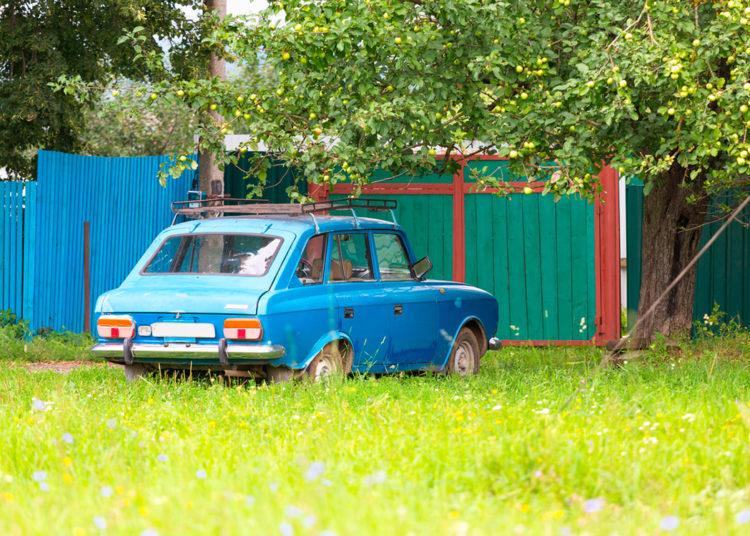 Машина возле ворот частного дома