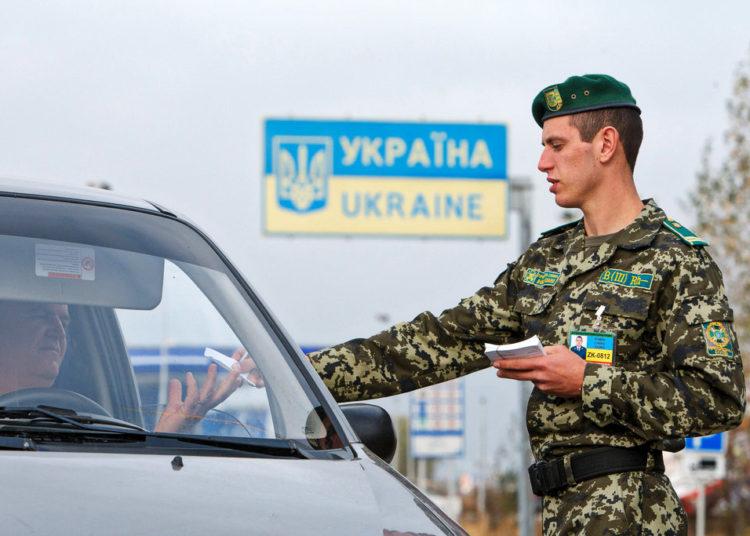 Таможенник на въезде в Украину