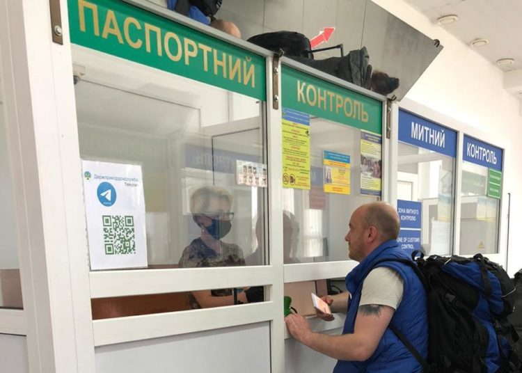 Мужчина на паспортном контроле