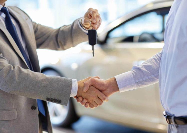 Передача ключей от авто и рукопожатие