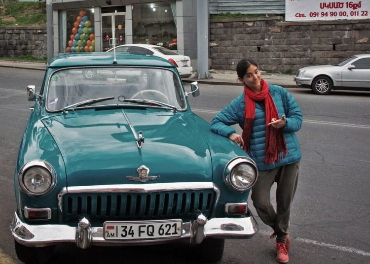 Девушки возле машины Победа