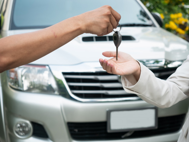 Ключи от авто в руках