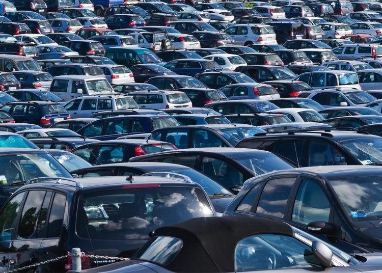 Много машин под открытым небом