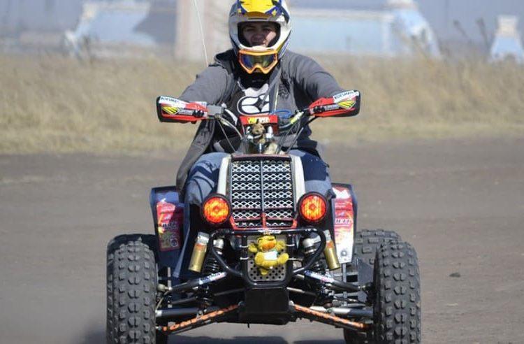 Водитель в шлеме на квадроцикле