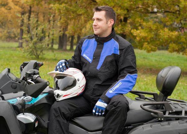Мужчина снял шлем и сидит на квадроцикле