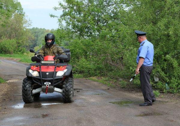 Полицейский остановил квадроцикл возле леса