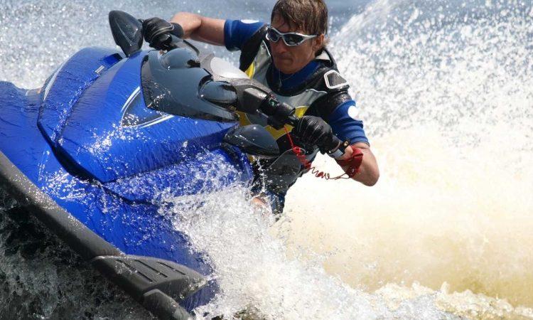 Человек едет на водном мотоцикле
