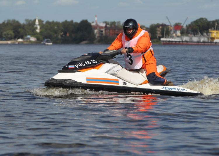 Человек в обмундировании на водном мотоцикле