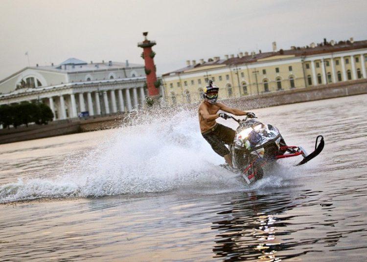 Человек в шлеме на гироцикле в заносе