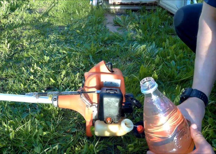 Бензин в бутылке и газонокосилка
