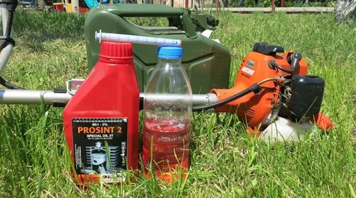 Бензин, моторное масло и триммер для травы