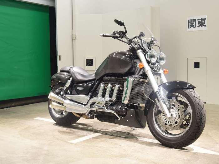 Мотоцикл и японские иероглифы на стене