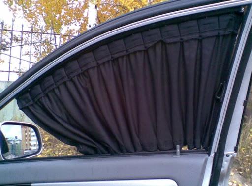Тканевая шторка на стекле авто