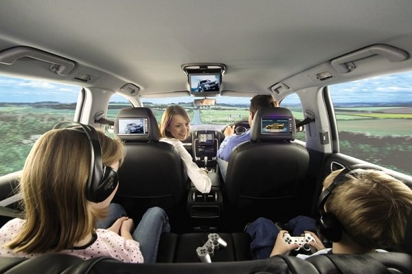 Семья путешествует в авто