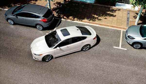 Машина паркуется параллельно бардюру между машинами