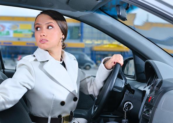 Девушка за рулем смотрит назад