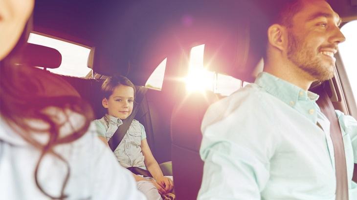 Семья едет в машине
