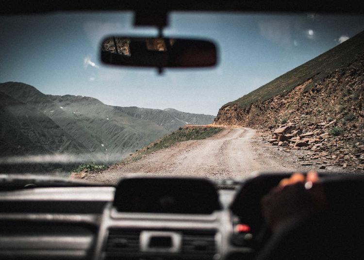Дорога на авто между гор