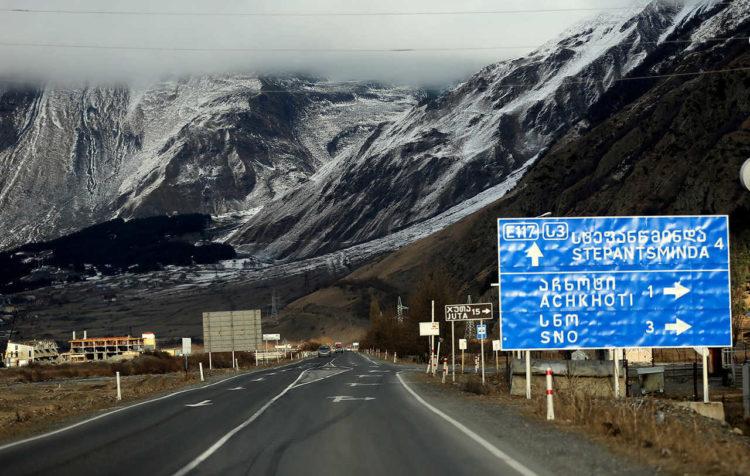 Трасса и горы в Грузии
