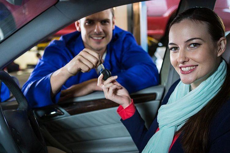 Девушка за рулем берет ключи от машины