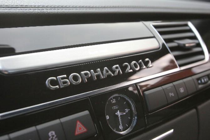 Сборная 2012 на приборной панели автомобиля