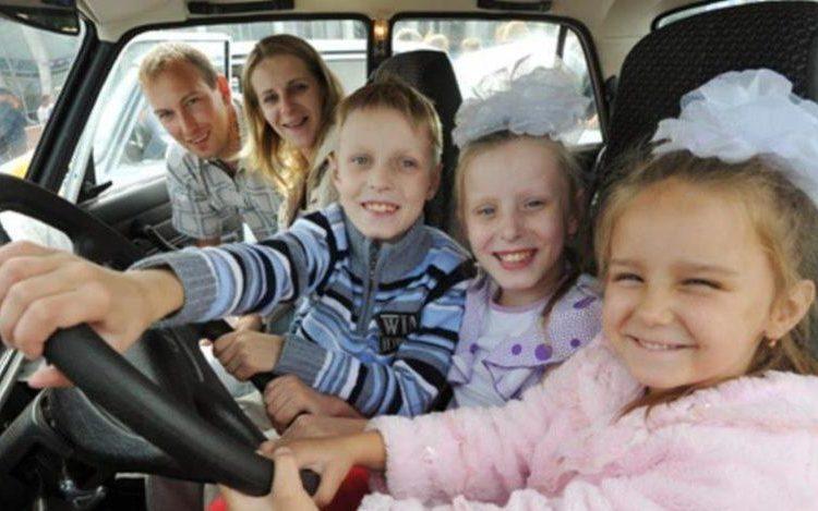 Трое детей и двое взрослых в машине