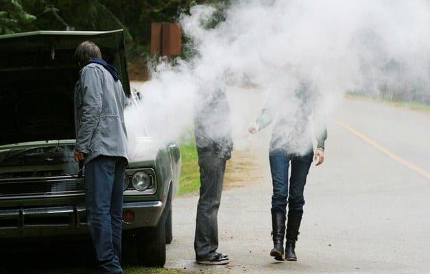 Дым из автомобиля и открытый капот