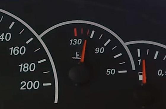 Обороты, скорость и уровень топлива на приборной панели