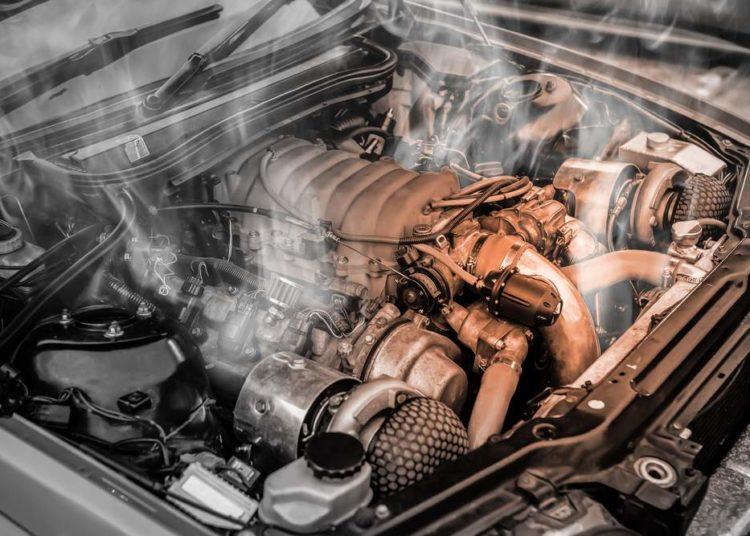 Открытый капот и дым