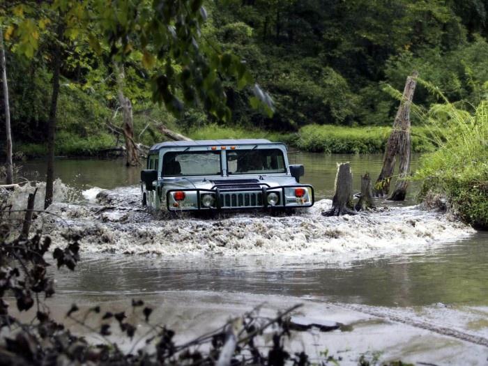 Hummer H1в реке
