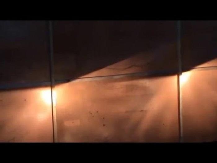 Свет от фар на стене здания