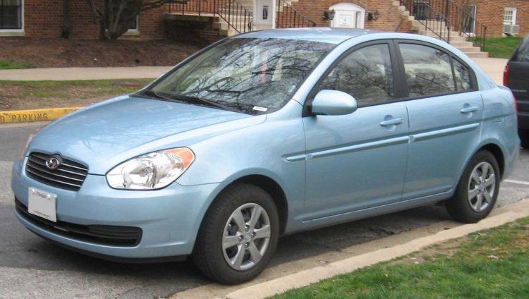 Hyundai Accent возле дома