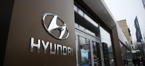 Логотип Hyundai на автосалоне