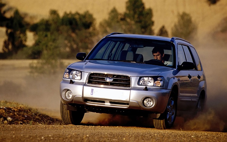 Subaru Forester на грунтовой дороге