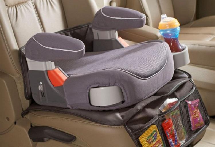 Бустер в машине на сиденьи