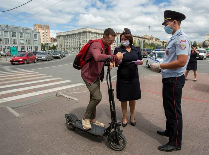 Полицейский остановил мужчину на электросамокате