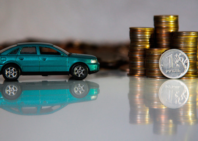 Автомобиль и стопки монет